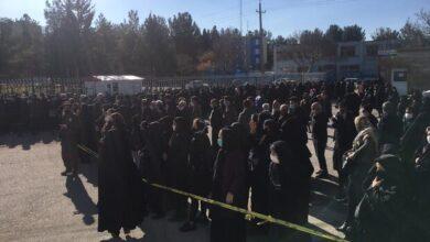 تصویر تشکیل صف توزیع کرونا در کنار توزیع نامناسب سبد کالا