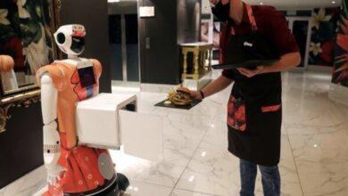 تصویر هتل رباتیک از مهمانان با علائم کووید ۱۹ پذیرایی می کند